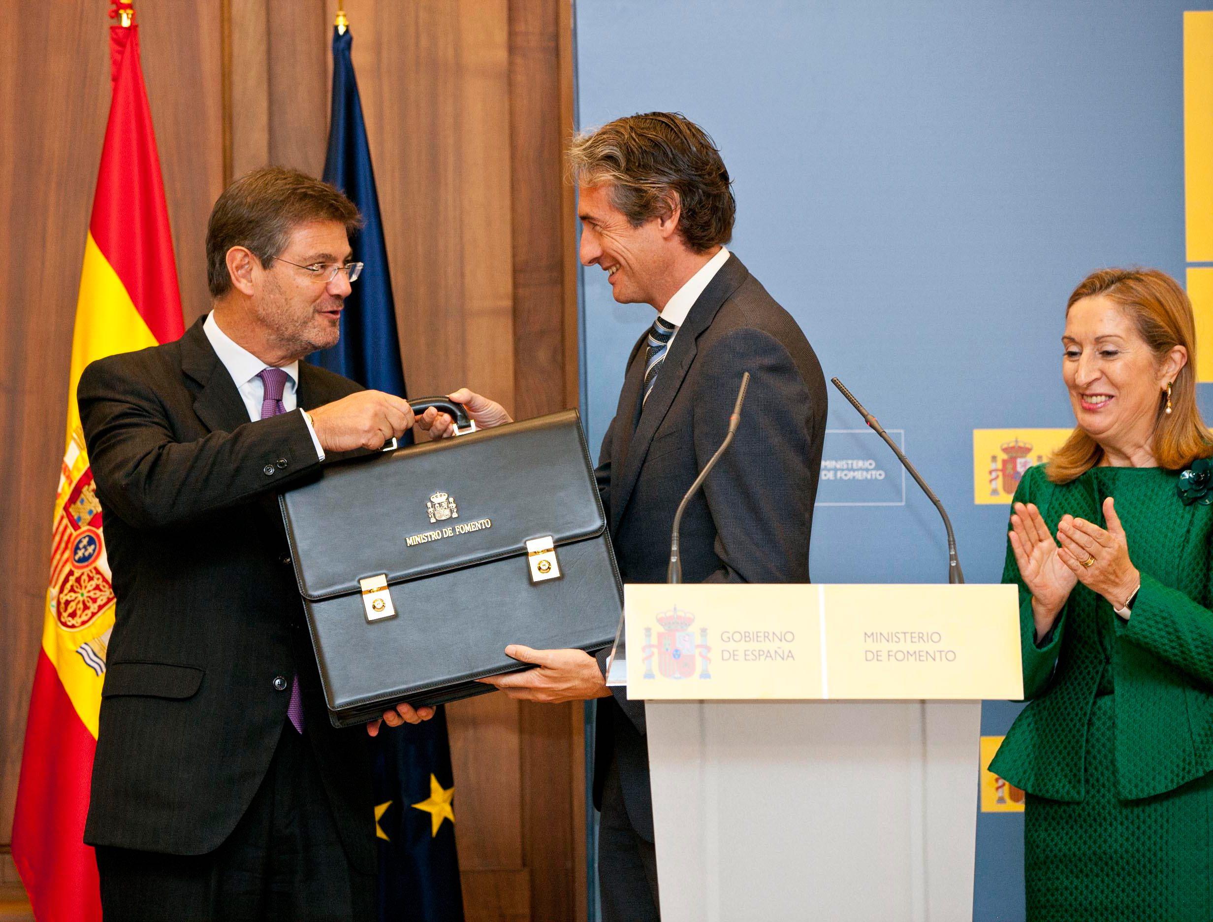 Rafael Catalá entrega la cartera de Ministro de Fomento a Íñigo de la Serna en presencia de Ana Pastor.