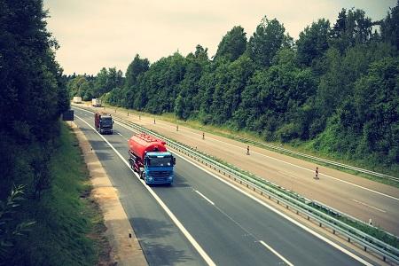 Camión circulando carretera