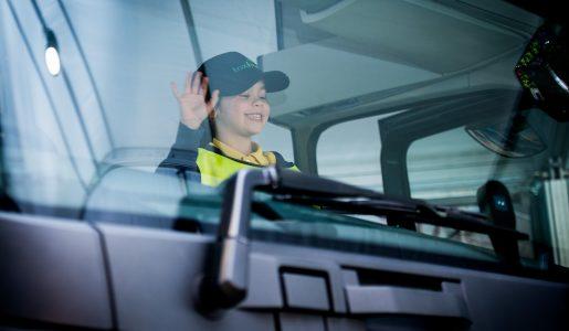 Para, mira, saluda, programa de educación vial para niños de Volvo Trucks