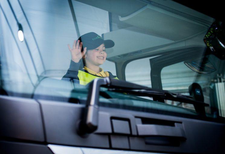 Volvo Trucks ha puesto en marcha su programa de seguridad vial infantil Para Mira Saluda