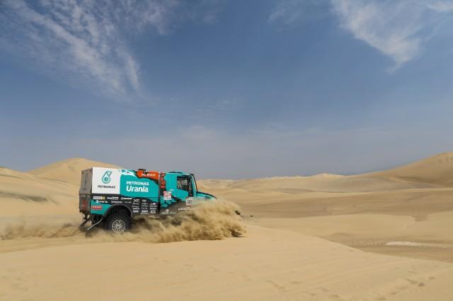 Nikolaev sigue liderando la clasificación de camiones seguido de cerca por Villagra.