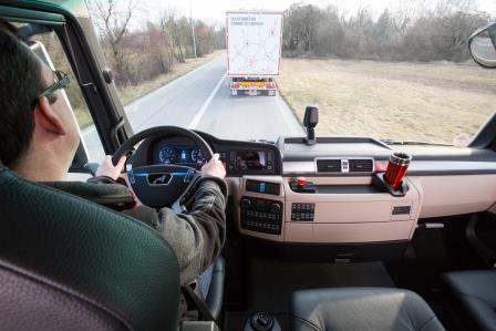 La conducción en convoy, o platooning, implica que el conductor del segundo camión, tercero y sucesivos si los hay, no interviene directamente en la conducción ya que sigue al primer camión, pero las manos las lleva en el volante por si es necesaria su intervención.