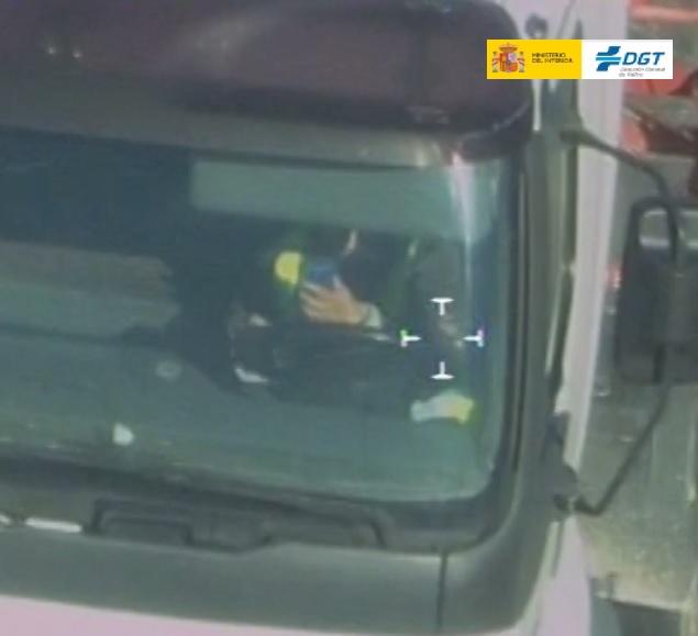 Un conductor es detectado conduciendo a la vez que manipula el móvil.