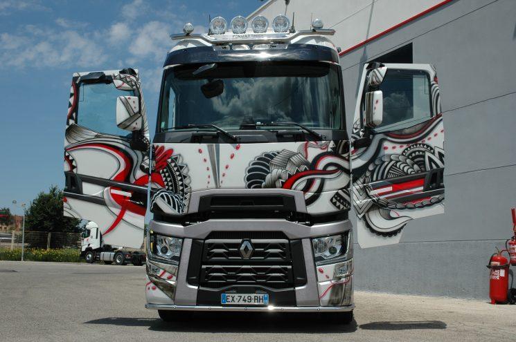 Renault Trucks T Tatoo con las puertas abiertas para mostrar la continuidad del diseño por toda la superficie de la cabina.