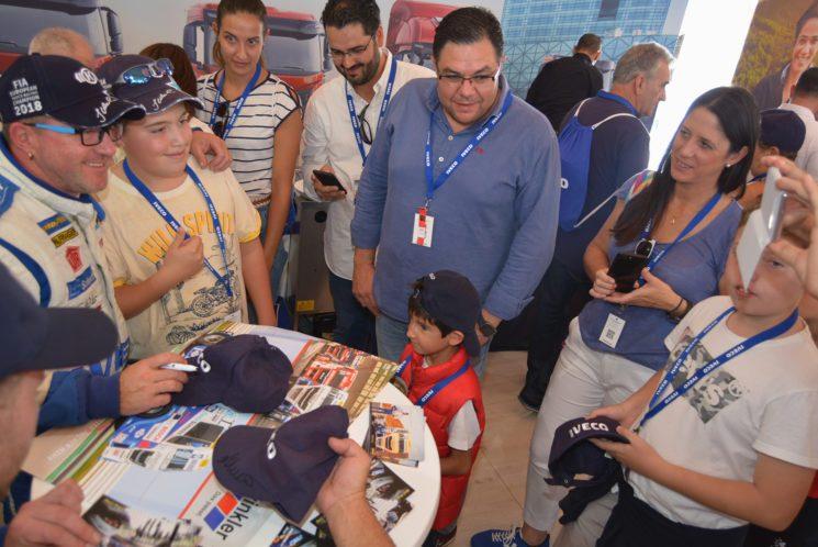 Hahn atendió en la carpa de Iveco a los aficionados que acudieron al Jarama a presenciar las carreras de camiones.