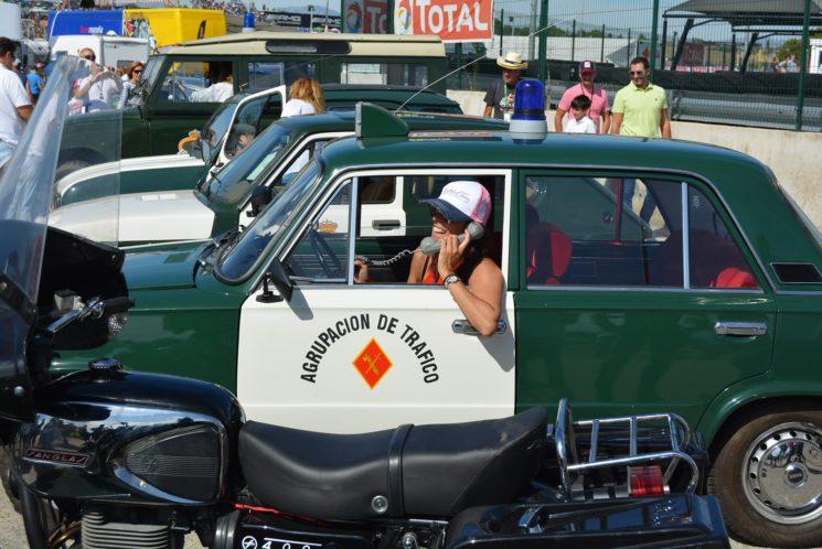 La Guardia Civil llevó a las carreras de camiones su colección de vehículos clásicos.