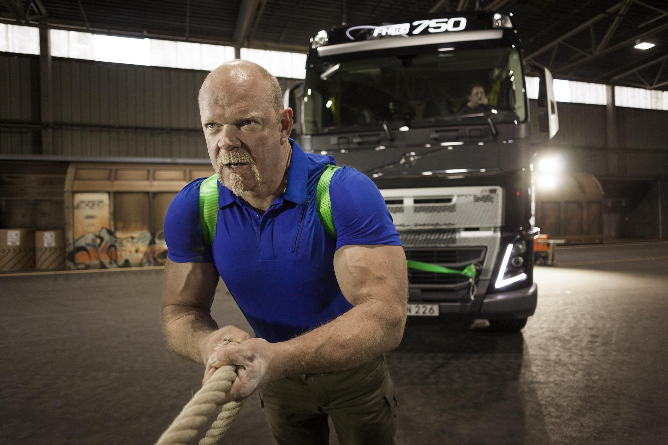 La nueva transmisión I-Shift de Volvo de marchas supercortas ha sido sometida a prueba por el hombre más fuerte del mundo en un nuevo viral del fabricante sueco.