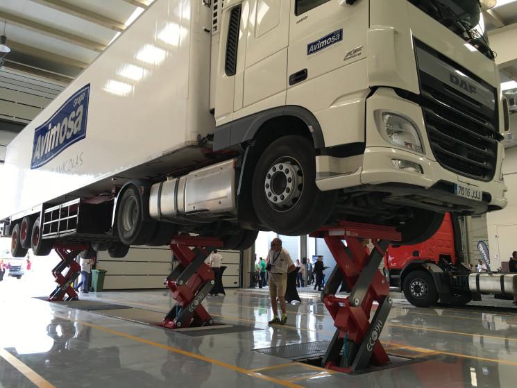 El concesionrio de DAF de Autorrege en Valdemoro cuenta con un elevador de camión completo para facilitar las operaciones de mantenimiento y reparación.