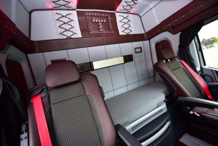 El interior del Renault T tuneado en la IAA incluye leds y cuero.
