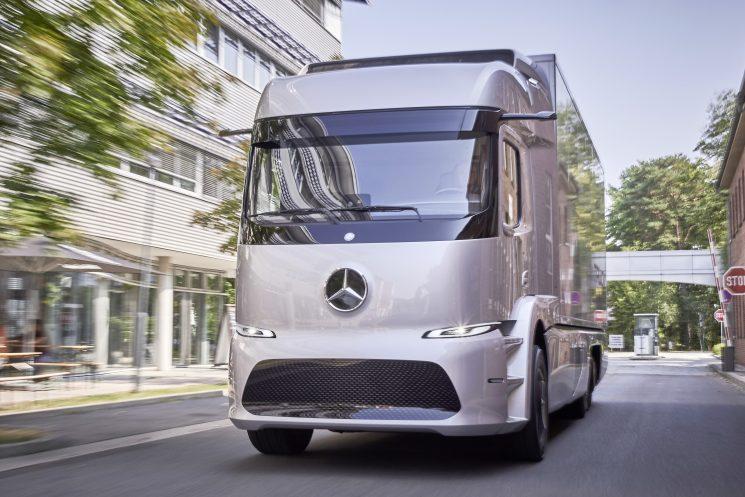 Mercedes entrega las primeras preseries del Urban ETruck a clientes europeos para comrpobar y analizar su comportamiento en condiciones reales de trabajo.