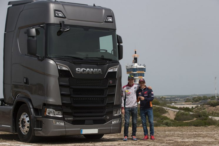 Un Scania de la nueva generación encargado de transportar la motorhome de los hermanos Márquez