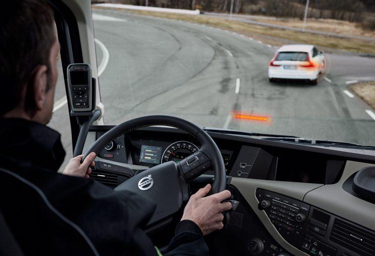 Volvo Trucks sabe que la mejor herramienta de seguridad es el conductor, pero por si acaso, ha desarrollado sistema de seguridad inteligente, como el freno automático de emergencia.