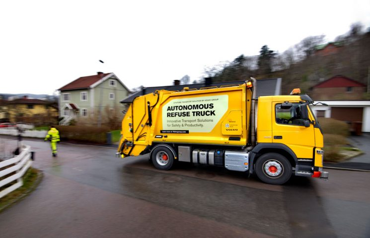 Volvo prueba el camión de recogidas de basuras autónomo en Suecia.