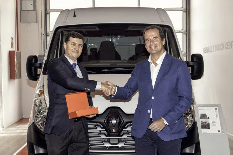 Renault Trucks dona una Master a la asociación OLVIDADOS para el reparto de alimentos en algunas zonas de Madrid.