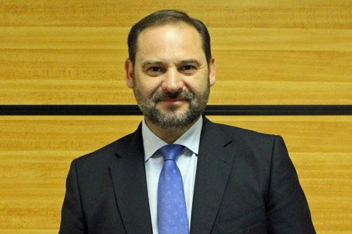El nuevo Ministro de Fomento, José Luis Ábalos, tiene unos cuantos retos pendientes en su acceso al cargo.