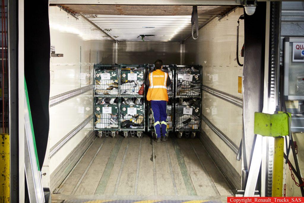 La carga y la descarga que obligan los operadores a hacer a los conductores es una de las reivindicaciones tradicionales del sector que se ha agravado mucho durante el Covid19.