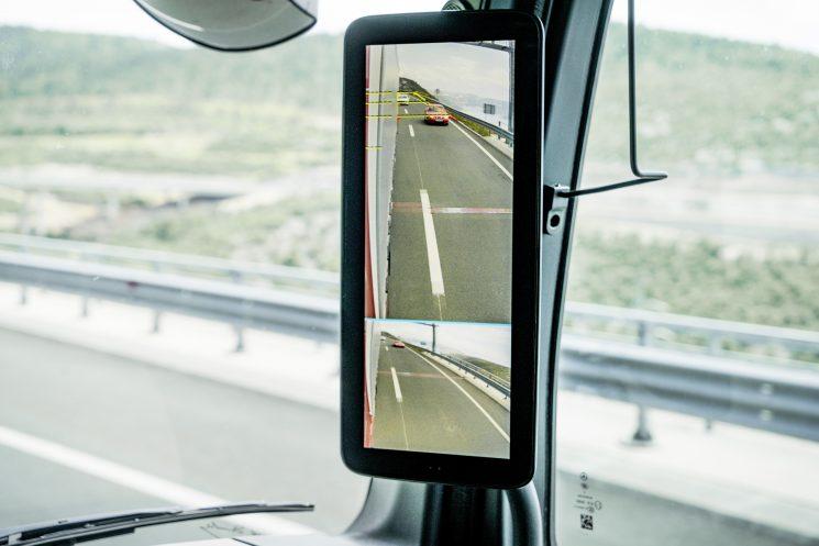 La MirrorCam sustituye a los espejos retrovisores. Se complementa con dos pantallas situadas en los pilares A de la cabina.