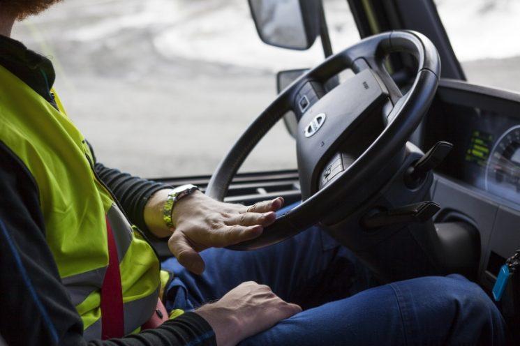 La dirección dinámica de Volvo convierte al FMX en un vehículo muy fácil de manejar, incluso a baja velocidad o en operaciones delicadas por la carga o el terreno.