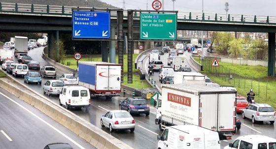 Barcelona sanciona con 500 euros la circulación de camiones por la ciudad y las Rondas