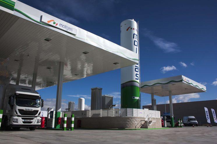 Molgas inaugura una nueva gasinera en San Fernando con la colaboración de Iveco.