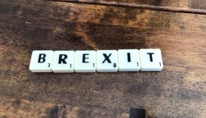 La Comisión Europea recomienda prever medidas ante un posible Brexit duro.