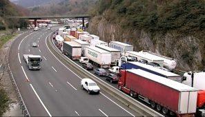 """Las asociaciones de transporte piden medidas contundentes ya contra los bloqueos a los camiones en francia por las protestas de los """"chalecos amarillos""""."""