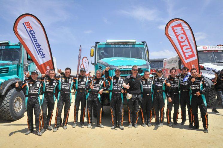 El equipo Petronas de Rooy Iveco muestra su satisfacción por haber logrado cruzar la meta con sus cuatro Iveco Powerstar y haber terminado todos el Dakar 2019.