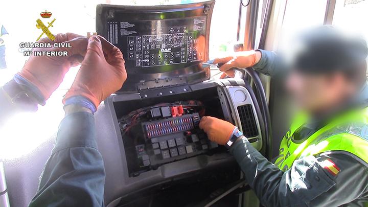 La Guardia Civil investiga a una empresa de transporte de Madrid por el uso de emuladores de AdBlue en 30 camiones.