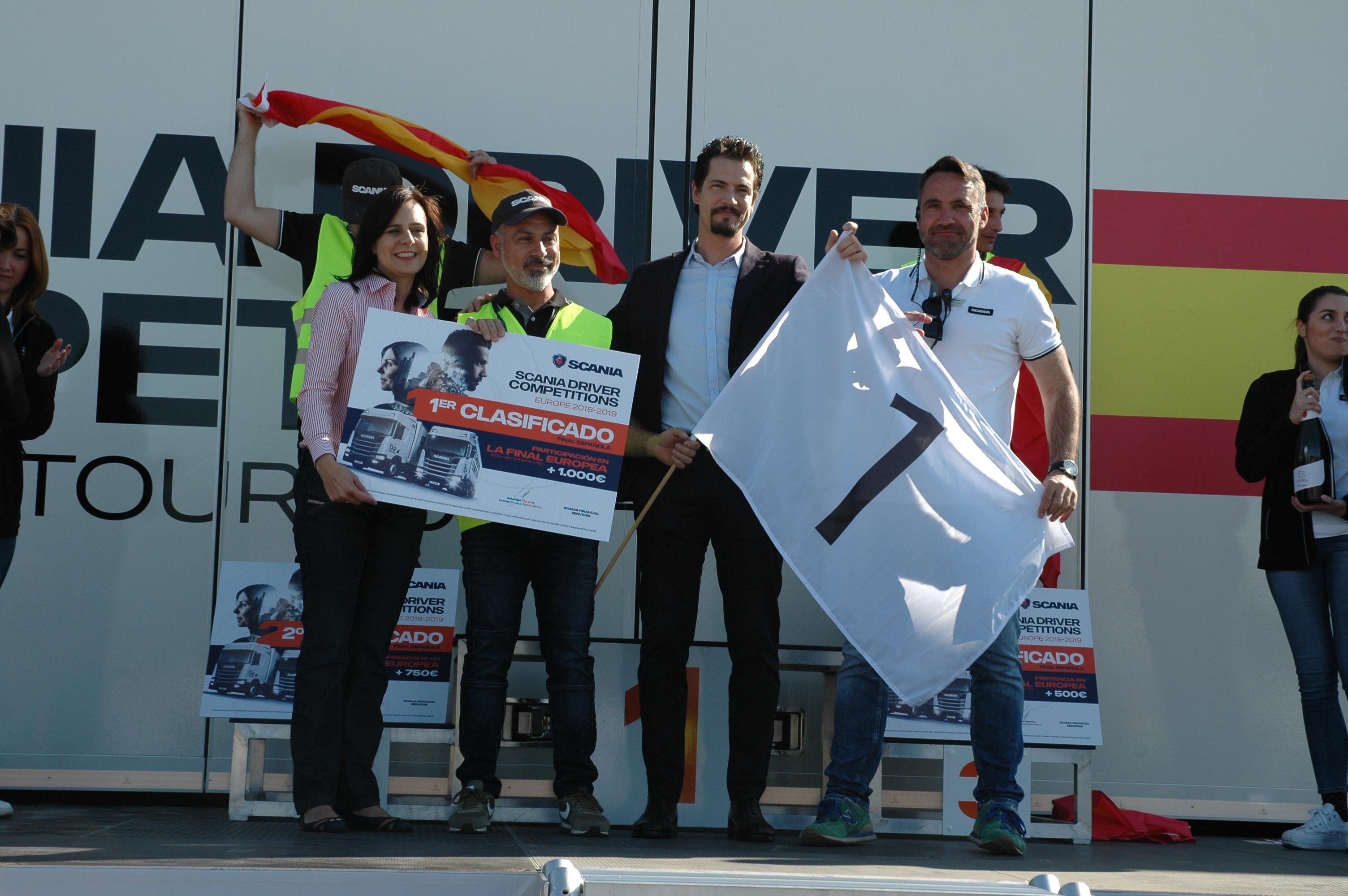 Juan Romeral, ganador de la final nacional del campeonato de conductores de Scania recibe el premio de la mano de los responsables de Scania.
