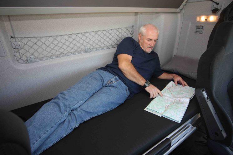 La Comisión Europea ha dicho que no se puede exigir una factura de hotel para justificar que el descanso semanal normal no se ha hecho en la cabina del camión.