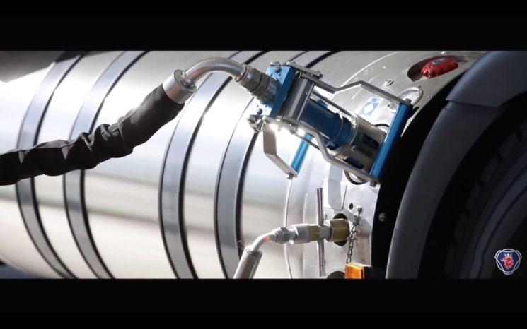 Scania publica un video en el que enseña la sencillez de un repostaje de un camión de GNL.
