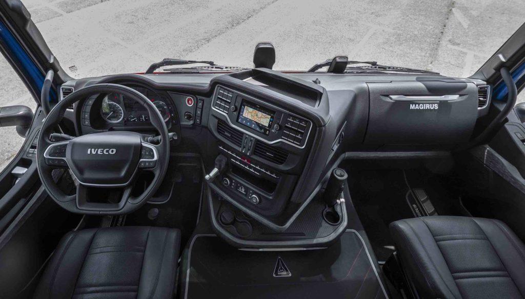 El el interior del IVECO S-WAY son nuevos el asiento de conductor regulable, el volante multifunción, el salpicadero y la columna.