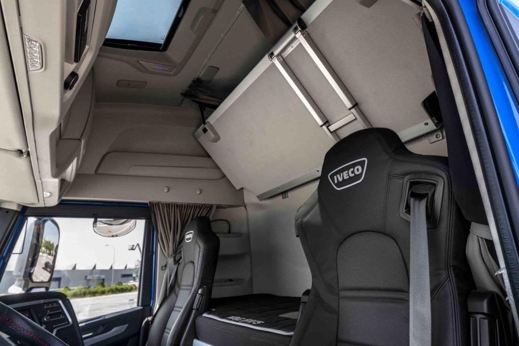 En el interior del nuevo IVECO S-WAY destaca el mayor espacio para el conductor gracias al rediseño del techo y suelo, que permite una altura interior de 2,15 m a la vez que se ha ampliado el fondo en 35 centímetros.