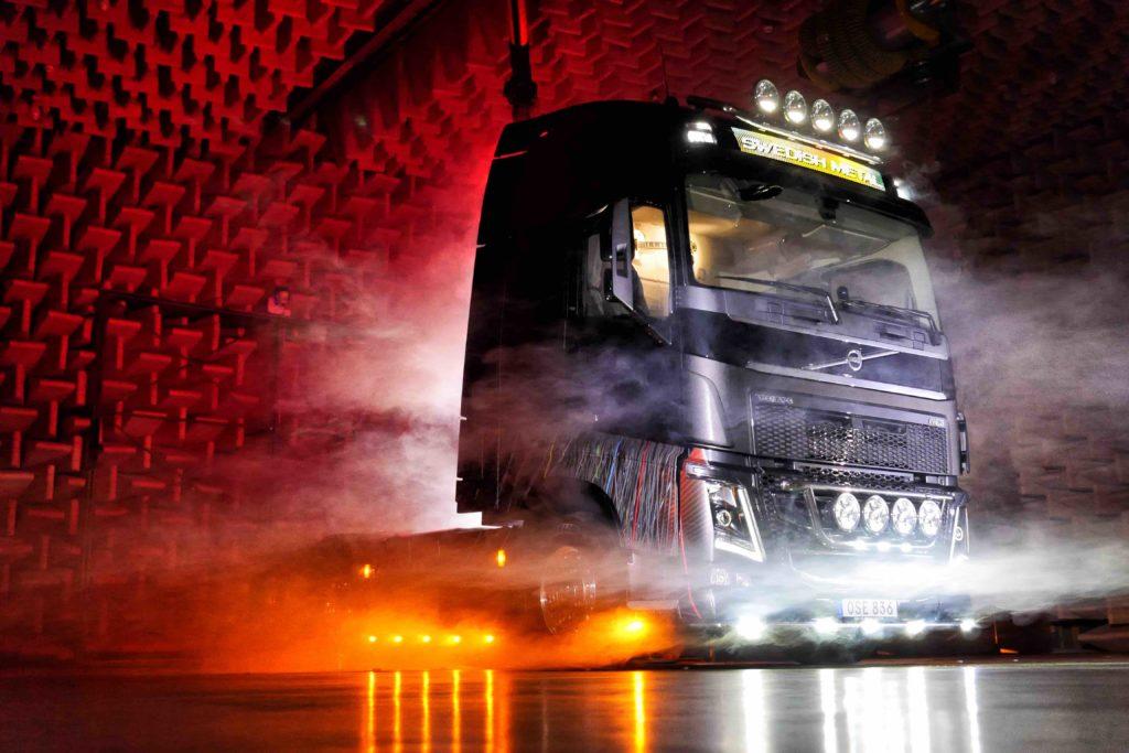 Volvo Trucks presenta el FH16 Swedish Metal, diseñado en colaboración con el cantante de la banda sueca de rock duro, In Flames, todo en él gira en torno a la estética más dura del rock.