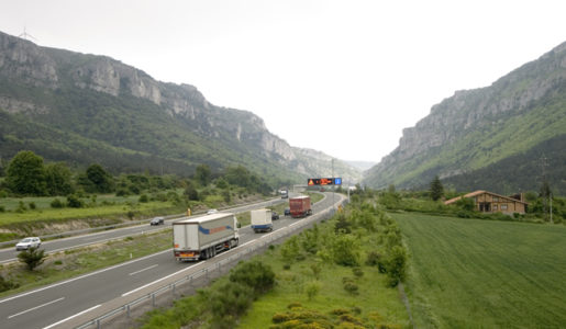 La DGT sigue manteniendo los desvíos obligatorios de camiones en la N340 y N232