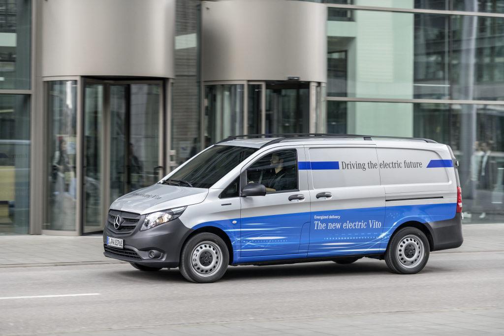 Mercedes-Benz pone en marcha la eVito con 150 kilómetros de autonomía y un precio de salida de 42.900 euros o 439 euros/mes, que incluyen el vehículo, asesoramiento sobre el vehículo y la infraestructura de carga y un conjunto de soluciones digitales para la mayor eficiencia de la furgoneta.