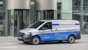 Mercedes-Benz pone en marcha la eVito con 150 kilómetros de autonomía y un precio de salida de 42.900 euros o 439 euros/mes que incluyen no solo el vehículos sino asesoramiento y un conjunto de soluciones digitales para la mayor eficiencia de la furgoneta.