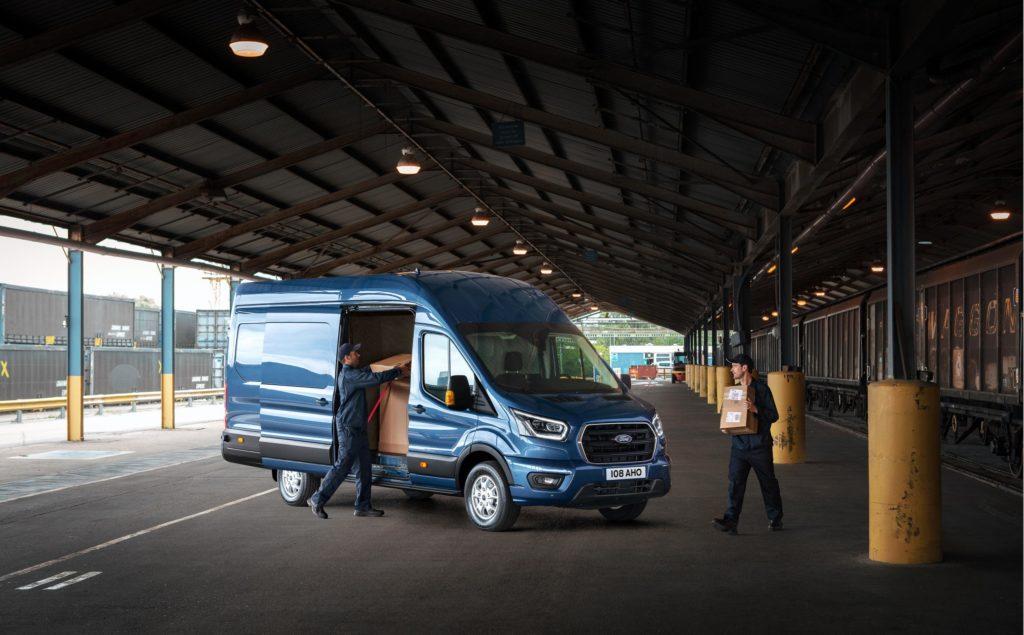 """Llega la nueva Ford Transit con más capacidad de carga y menos consumo gracias a las mejoras en el motor EcoBlue de 2 litros, además de una versión """"híbrida suave""""."""