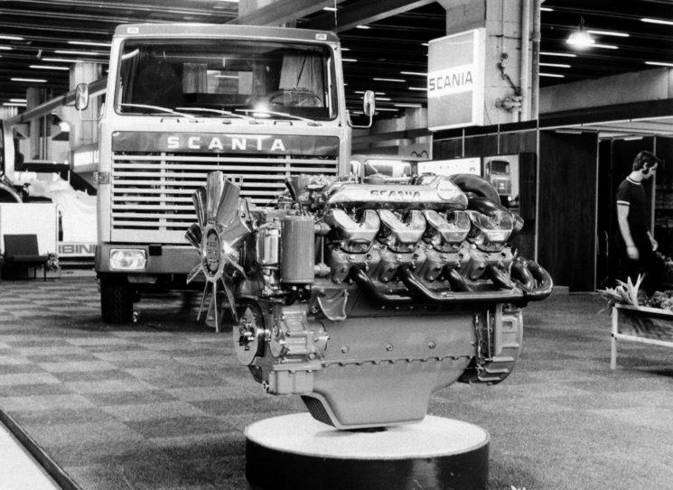 El motor Scania V8 de 14 litros delante de un Scania LB140 en la IAA celebrada en Frankfurt en 1969, cuando se presentó por primera un motor V8.