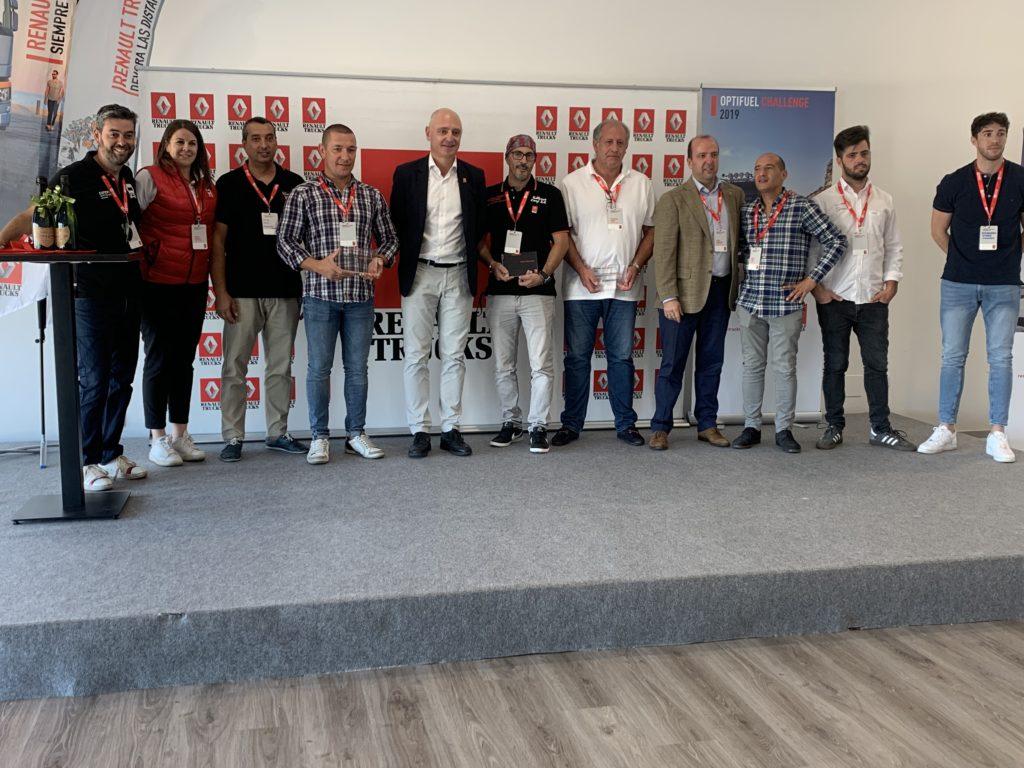 Los siete finalistas de la final española del Desafío Optifuel con los máximos responsables de Renault Trucks España.