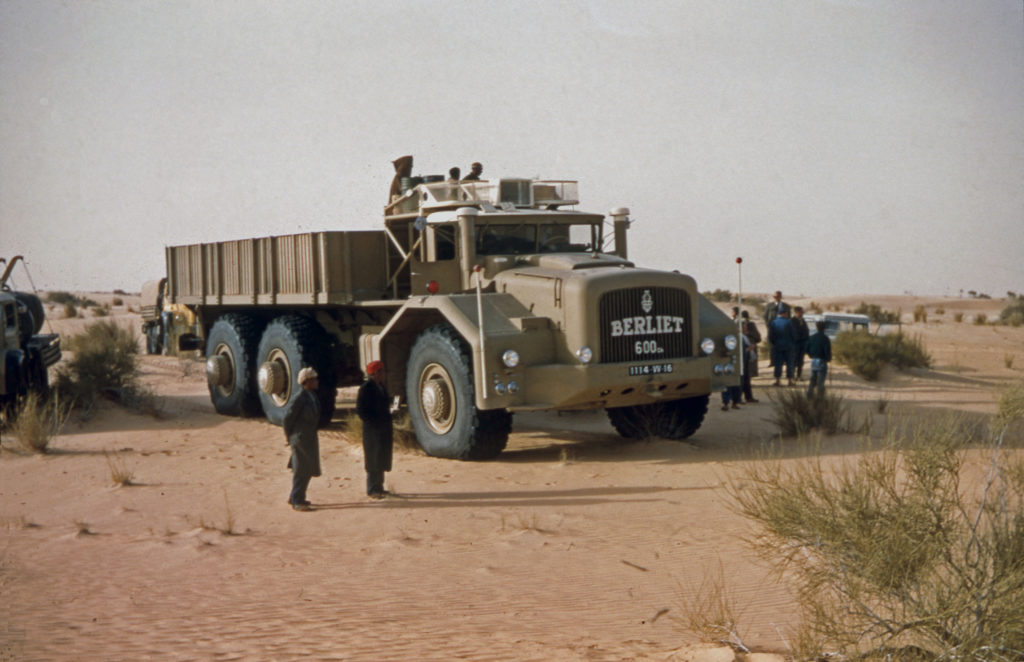 El Berliet T100 en 1959 en sus operaciones en el desierto.