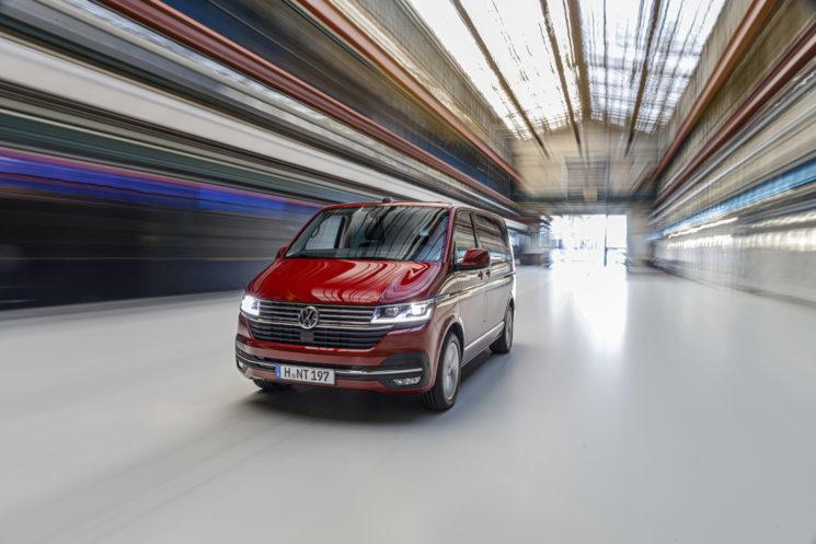 Volkswagen Vehículos Comerciales va a lanzar a finales de año una nueva generación de la Transporter en la que ha incorporado importantes avances en conectividad y conducción asistida.