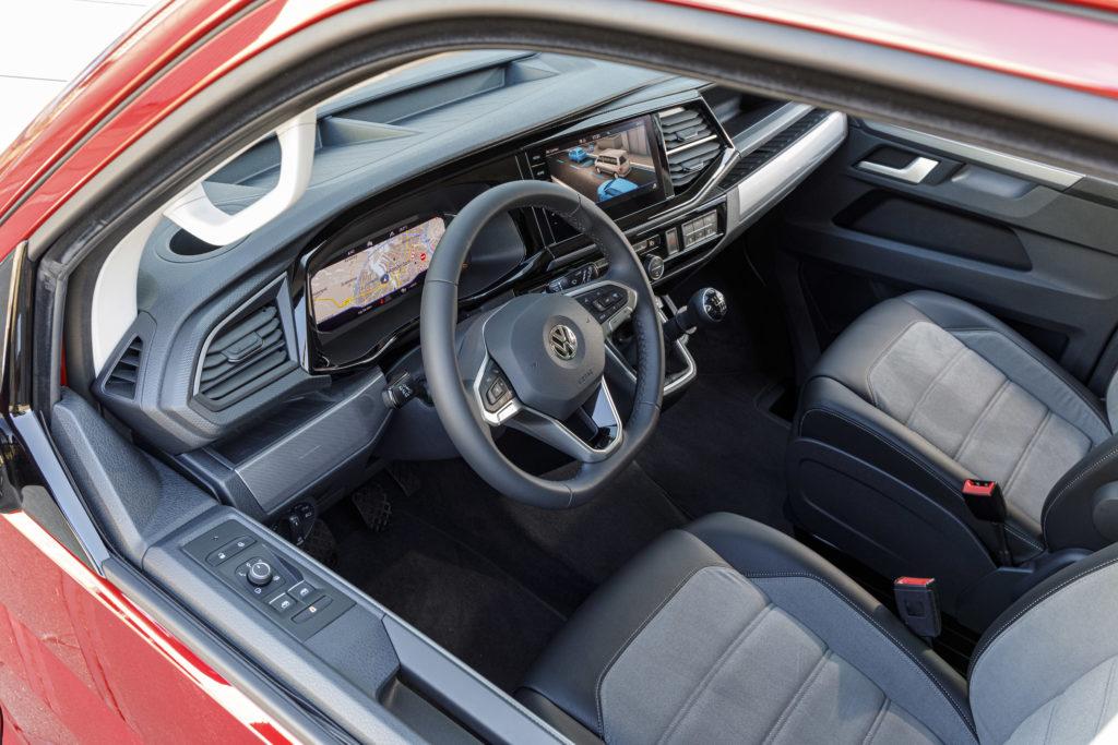 El interior de la nueva generación Transporter de Volkswagen incluye un nuevo salpicadero digital y volante multifunción para poder sacar partido de todas las funcionalidades de conectividad.
