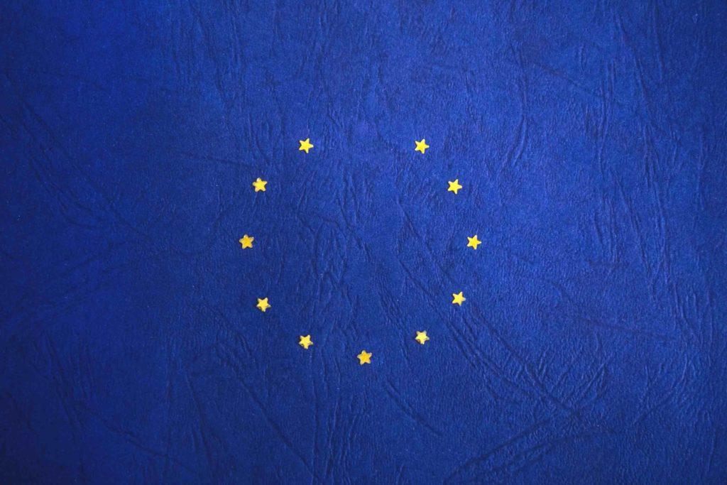 La Comisión Europea recomienda a empresas y ciudadanos prepararse para una salida del Reino Unido sin acuerdo y publica un teléfono gratuito.