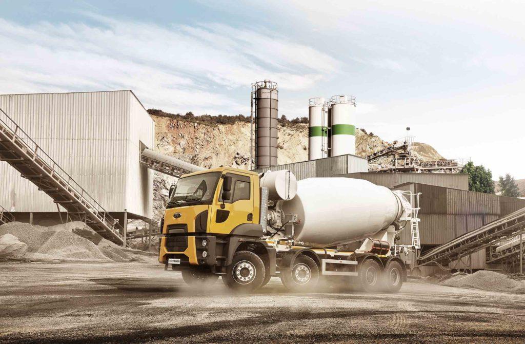 La gama de construcción de Ford Trucks incluye una hormigonera de cuatro ejes carrozada de fábrica.