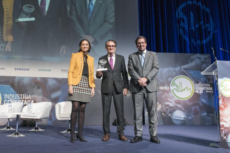 Jaime Revilla (en el centro de la foto), presidente y consejero delegado de IVECO España, recoge el Premio Nacional a la Industria Conectada 4.0 que le ha concedido el Ministerio de Industria a la Planta de Valladolid.