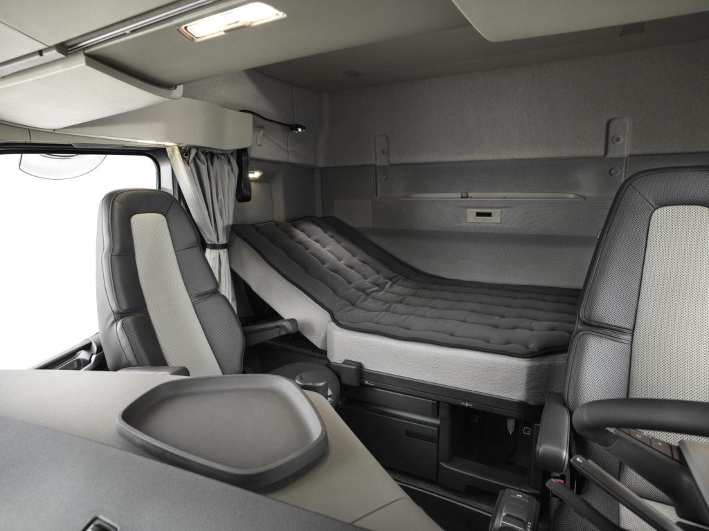 La litera de la cabina XXL del FH ha crecido en 25 cm de ancho y 13 de largo y además puede ser reclinable.