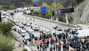 FENADISMER acusa de connivencia y actitud pasiva a la Generalitat por no intervenir en el bloqueo de la AP7 en la Junquera por parte de los independentistas.