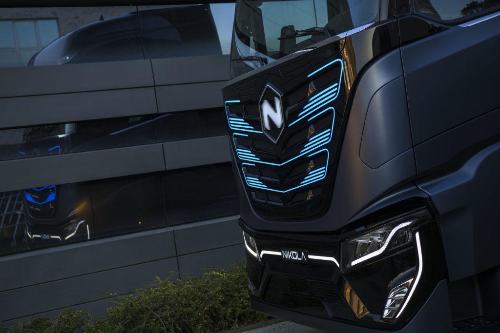 El Nikola TRE se presenta en configuración tractora 4x2 para transporte regional con una autonomía de 400 kilómetros gracias a un sistema modular de baterías.