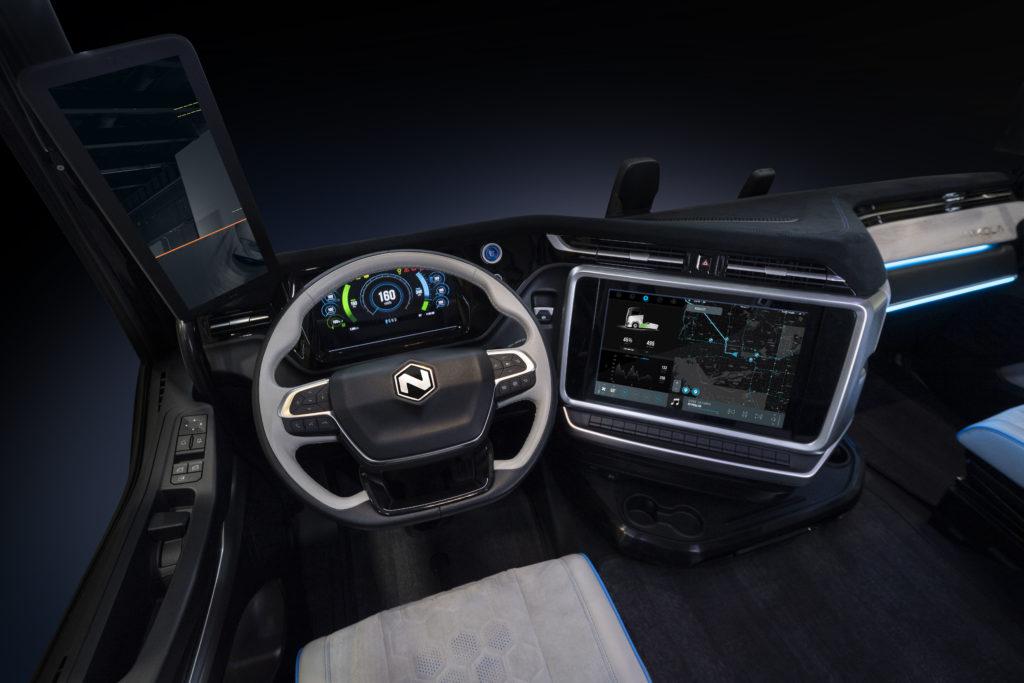 En el interior del Nikola TRE destaca el sistema de infoentretenimiento, una aportación de Nikola, junto con los mandos y la tecnología eléctrica del vehículo. Con él el conductor maneja la información, el entretenimiento y la navegación además de la mayor parte de las funcionalidades del vehículo.